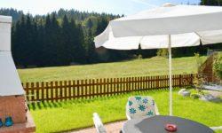 Gartensitzplatz mit Sicht auf den Rodelhang