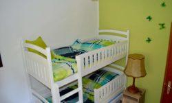 Kinderzimmer mit Etagenbett und einem Ausziehbett